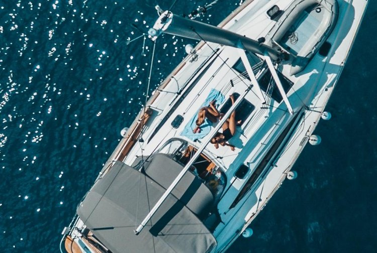 GIRLS AND YACHT